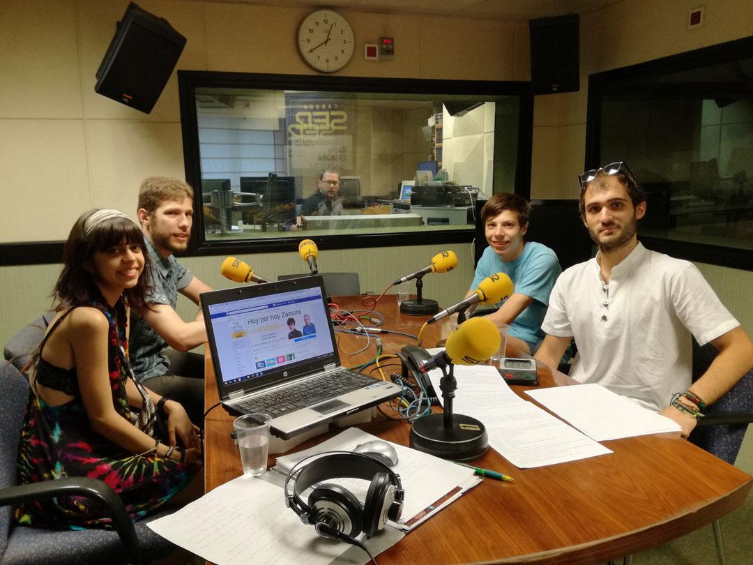 Jóvenes cineastas en la radio dando noticias