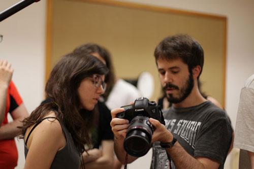 Alex enseñando fotografía